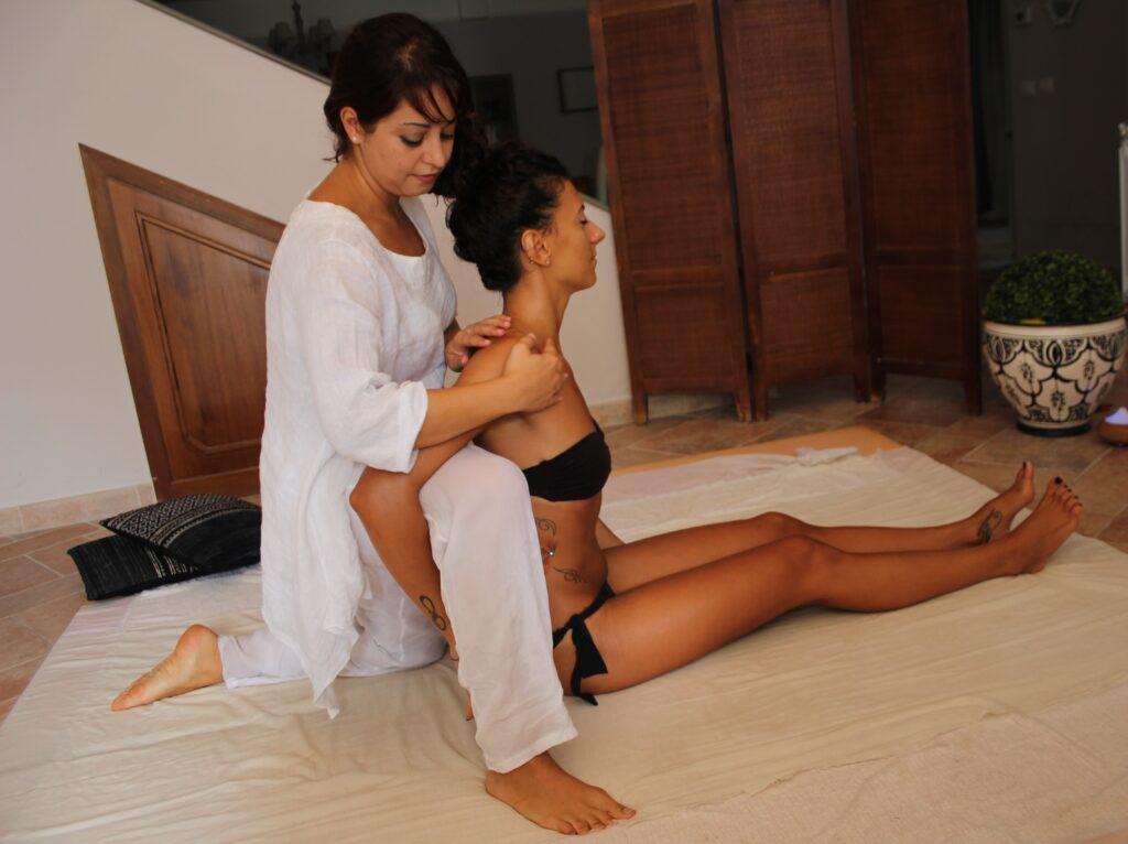 massaggio schiena decontratturante  colonna vertebrale scioglie contratture ayurveda ilaria salmaso studio olistico roma
