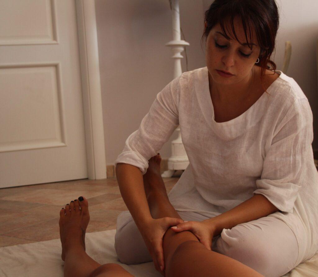 massaggio ayurveda drenante linfodrenante gambe cellulite gonfiore ilaria salmaso studio olistico roma